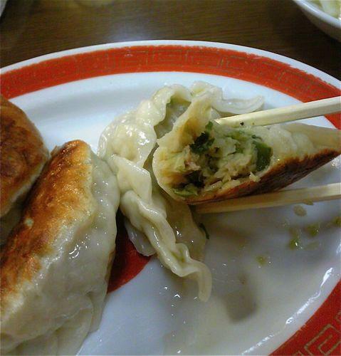 味の東食餃子切り口.jpg